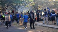 Bentrokan antara polisi dan suporter di luar Stadion Sultan Agung, Bantul, Kamis (26/7/2018), saat laga PSIM vs PSS. (Bola.com/Ronald Seger Prabowo)