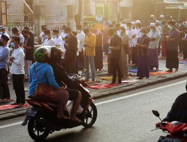FOTO: Masjid di Tangerang Gelar Salat Idul Adha dengan Protokol Kesehatan Ketat