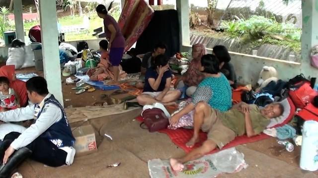 Para korban banjir di Pejaten Timur tak punya tempat aman lain untuk mengungsi kecuali sebuah sekolah dan pelataran kuburan.