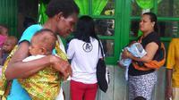 Warga Asmat juga diajarkan cara memakai kelambu agar terhindar dari malaria. (Biro Komunikasi dan Pelayanan Masyarakat Kementerian Kesehatan RI)