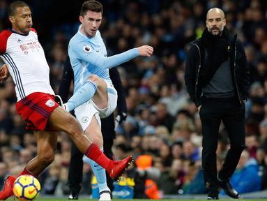 Bek baru Manchester City, Aymeric Laporte (tengah) berusaha membuang bola dari kawalan pemain West Bromwich Albion's, Salomon Rondon saat bertanding pada lanjutan Liga Inggris di Stadion Etihad, (31/1). Man City menang 3-0. (Martin Rickett/PA via AP)