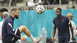 Penyerang timnas Prancis, Karim Benzema melakukan pemanasan selama sesi latihan di National Arena di Bucharest, Minggu (27/6/2021). Setelah menjuarai grup neraka, Grup F, Prancis akan meladeni tim kuda hitam Swiss di babak 16 besar Euro 2020 pada Selasa (29/6) dini hari. (AP Photo/Vadim Ghirda)