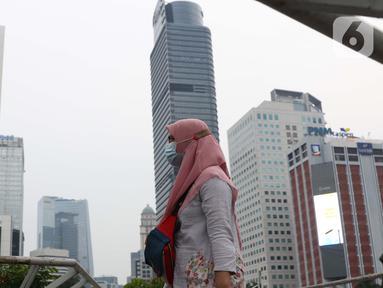 Warga berada di sekitar Spot Budaya Jalan Jenderal Sudirman, Jakarta, Kamis (5/11/2020). Badan Pusat Statistik (BPS) mencatat ekonomi Indonesia pada kuartal III-2020 minus 3,49 persen, Indonesia dipastikan resesi karena pertumbuhan ekonomi dua kali mengalami minus. (Liputan6.com/Helmi Fithriansyah)