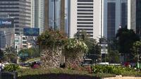 Bunga bougenville amenities menghiasi kawasan Bundaran HI, Jakarta, Rabu (21/8/2019). Tanaman hias tersebut dipercaya ampuh untuk mengurangi polusi udara di Ibu Kota. (Liputan6.com/Herman Zakharia)