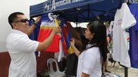 Toko yang menjual pernak pernik SEA Games 2019 di Stadion Rizal Memorial, Manila. (Bola.com/Muhammad Iqbal Ichsan)
