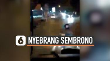 Kembali terjadi aksi emak-emak pengendara motor yang tidak taat peraturan lalu-lintas. Viral sebuah video yang memperlihatkan emak-emak nyebrang sembrono melewati mobil damkar. Beruntung hal tersebut tidak mengakibatkan kecelakaan.