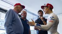Marc Marquez (kanan) sedang bicara dengan legenda F1, Niki Lauda (AFP)