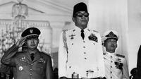 Presiden Republik Indonesia Achmed Sukarno dan Kepala Staf Angkatan Darat Mohamed Suharto saat memimpin upacara HUT Kemerdekaan RI ke 21 di Lapangan Merdeka, Istana Merdeka, Jakarta, 17 Agustus 1966. (AFP PHOTO)