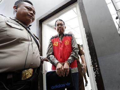 Mantan Plt Ketua Umum PSSI, Joko Driyono, dikawal petugas kepolisian menuju ruang sidang di PN Jakarta Selatan, Senin (6/5). Joko Driyono tersandung kasus perusakan barang bukti terkait pengaturan skor. (Bola.com/M Iqbal Ichsan)