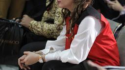 Aktris Roro Fitria bersiap mengikuti sidang lanjutan kasus kepemilikan narkoba di PN Jakarta Selatan, Kamis (12/7). Roro mengenakan kemeja putih, celana hitam, serta sepatu kets berwarna putih. (Liputan6.com/Faizal Fanani)