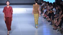"Seorang model memperagakan karya Oscar Lawalata pada Jakarta Fashion and Food Festival 2015, Jakarta, Senin (25/5/2015).  Koleksi terbaru dari Oscar terdiri dari 40 karya dengan tema ""MY NAME IS ASIA"". (Liputan6.com/Herman Zakharia)"
