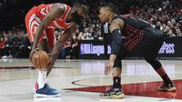 Guard Houston Rockets James Harden (kiri) dijaga bintang Portland Trail Blazers Damian Lillard pada lanjutan NBA 2017-2018 di Moda Center, Selasa (20/3/2018) atau Rabu (21/3/2018) WIB. (AP Photo/Steve Dykes)