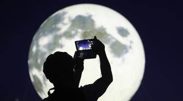 FOTO: Instalasi Bulan Purnama Penyemangat di Tengah Wabah COVID-19