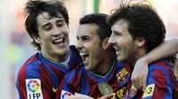 Striker Barcelona Pedro Rodriguez (tengah) mendapat selamat dari Bojan Krkic (kiri) dan Lionel Messi seusai menjebol gawang Valladolid di Nou Camp, 16 Mei 2010. AFP PHOTO / JAVIER SORIANO