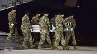 (Di dalam peti) Jenazah Staff Sgt Dustin Wright di Delaware Amerika Serikat. Wright adalah satu dari empat personel Pasukan Khusus AS (Green Berets) yang tewas dalam baku tembak dengan kombatan ISIS di Niger Oktober 2017 lalu (Aaron J Jenne/AP PHOTO)
