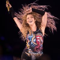 Shakira saat konser di Paris pada 13 Juni 2018. (AFP/Thomas Samson)