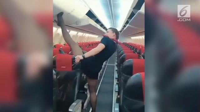 Beredar rekaman video seorang pramugari melakukan aksi unik, menutup bagasi kabin pesawat menggunakan kakinya.