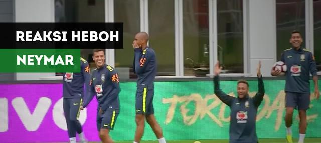 Neymar tampak heboh usai Philippe Coutinho mengolongi Filipe Luis pada sesi latihan Timnas Brasil, Minggu (9/9/2018)