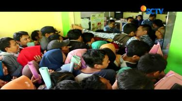 Menurut Kepala Dispenduk Capil Jombang tetap membludaknya antrean karena warga tidak mentaati aturan yang dibuat dengan sistem undangan.