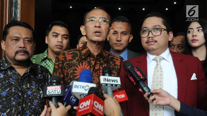 Mantan Menteri Agama Suryadharma Ali (SDA) memberi keterangan pers usai sidang di PN Jakarta Pusat, Rabu (11/07). Keterangan JK digunakan untuk mengubah persepsi SDA telah menggunakan Dana Operasional Menteri (DOM). (Merdeka.com/Dwi Narwoko)