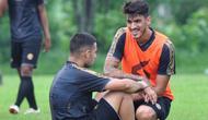 Pemain asing Arema FC, Elias Alderete (kiri) dan Matias Malvino. (Bola.com/Iwan Setiawan)