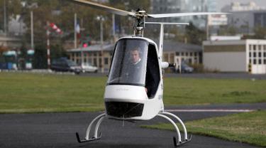 Helikopter listrik buatan Prancis saat uji coba terbang di Paris Heliport, Issy-les-Moulineaux, Prancis, Rabu (19/10). Volta dibuat oleh sejumlah insinyur dari sekolah teknik ENAC. (REUTERS/Regis Duvignau)