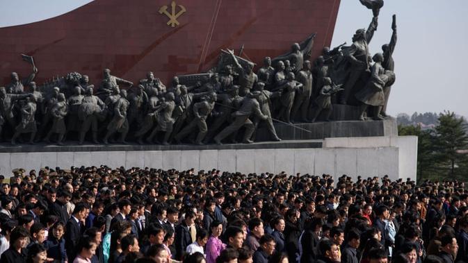 Puluhan ribu orang pergi meninggalkan lokasi setelah memberi penghormatan di kompleks Monumen Agung Mansu Hill (AFP)