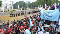 Puluhan Anggota polisi berjaga depan istana saat para buruh melakukan demo, Jakarta, Kamis (29/10/2015). Mereka  menuntut agar Presiden Joko Widodo mencabut Peraturan Pemerintah Nomor 78 Tahun 2015 tentang Pengupahan. (Liputan6.com/Gempur M Surya)
