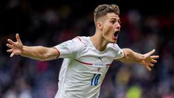Dua gol Republik Ceska diborong oleh Patrik Schick pada menit ke-42 dan 52. Gol Striker Bayer Leverkusen itu terasa sangat istimewa lantaran dicetak dari jarak 45,44 meter. (AP/Petr David Josek, Pool)