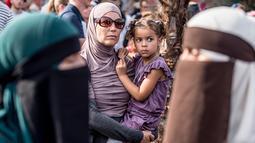 Demonstran melakukan protes larangan penggunaan cadar di Kopenhagen, Denmark, Rabu (1/8). Demonstrasi itu diikuti wanita Muslim yang tidak mengenakan niqab, serta perempuan non-Muslim yang mengenakan niqab. (Mads Claus Rasmussen/Ritzau Scanpix via AP)