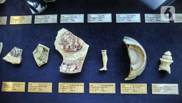 Artefak yang ditemukan saat pembangunan jalur MRT Jakarta fase 2A ditunjukkan di kawasan Monas, Jakarta, Senin (31/5/2021). Sejumlah peninggalan benda bersejarah tersebut ditemukan di 14 titik penggalian di sepanjang jalur dari Jalan MH Thamrin-Kota. (merdeka.com/Iqbal S. Nugroho)