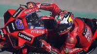 Pembalap Ducati, Jack Miller pada sesi latihan bebas kedua MotoGP Doha, Sabtu (03/04/2021) dini hari WIB. (KARIM JAAFAR / AFP)
