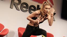 Gigi Hadid menunjukkan kemampuannya berolahraga tinju dalam acara Reebok bertajuk 'Perfect Never' di Clarkson Square New York City, AS (7/12). Perempuan 21 tahun ini juga pernah menjadi kapten voli saat masih SMA. (AFP Photo/Jason Kempin)