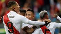 Pemain Peru merayakan gol Yoshimar Yotun ke gawang Chile pada semifinal Copa America 2019 di Arena do Gremio, Porto Alegre, Kamis (4/7/2019) pagi WIB. (AFP/Juan Mabromata)