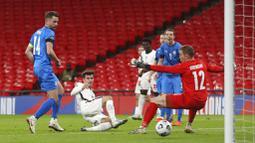 Gelandang Inggris, Mason Mount, mencetak gol ke gawang Islandia pada laga UEFA Nations League di Stadion Wembley, Kamis (19/11/2020). Inggris menang dengan skor 4-0. (Carl Recine/Pool via AP)