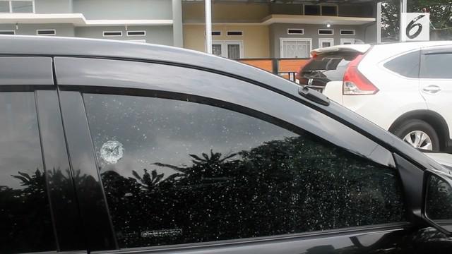 Mobil seorang ustazah ditembak orang tak dikenal di kawasan Sawangan, Depok. Pelaku sempat dikejar, namun tak membuahkan hasil.