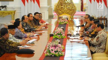 Suasana pertemuan Presiden Joko Widodo dengan Dewan Pengarah Badan Pembinaan Ideologi Pancasila (BPIP) di Istana Merdeka, Jakarta, Kamis (9/5/2019). Megawati Soekarnoputri yang mewakili Dewan Pengarah BPIP melaporkan hasil kerja lembaganya secara berkala kepada Jokowi. (Liputan6.com/Angga Yuniar)