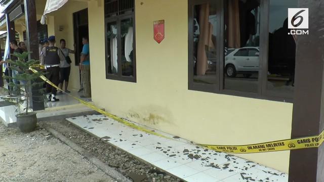 Puluhan warga suku anak dalam di Kabupaten Bungo, Jambi merusak kantor Polsek Pelepat Bungo. Bangunan kantor mengalami kerusakan pada bagian jendela. Lima warga terluka pada bagian kaki ditembak polisi.