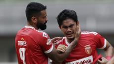 Bek Perseru Badak Lampung FC, Jujun Saefuloh, menangis usai berhasil mengalahkan Bhayangkara FC pada laga Liga 1 2019 di Stadion Patriot, Bekasi, Jumat (16/8). Bhayangkara FC takluk 0-1 dari Badak Lampung FC. (Bola.com/M Iqbal Ichsan)