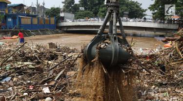 Alat berat mengangkat sampah yang menumpuk di Pintu Air Manggarai, Jakarta, Jumat (26/4). Sampah yang didominasi potongan bambu dan botol plastik kembali memenuhi Pintu Air Manggarai akibat curah hujan yang tinggi di kawasan Bogor dan sekitarnya, Kamis (25/4). (Liputan6.com/Helmi Fithriansyah)