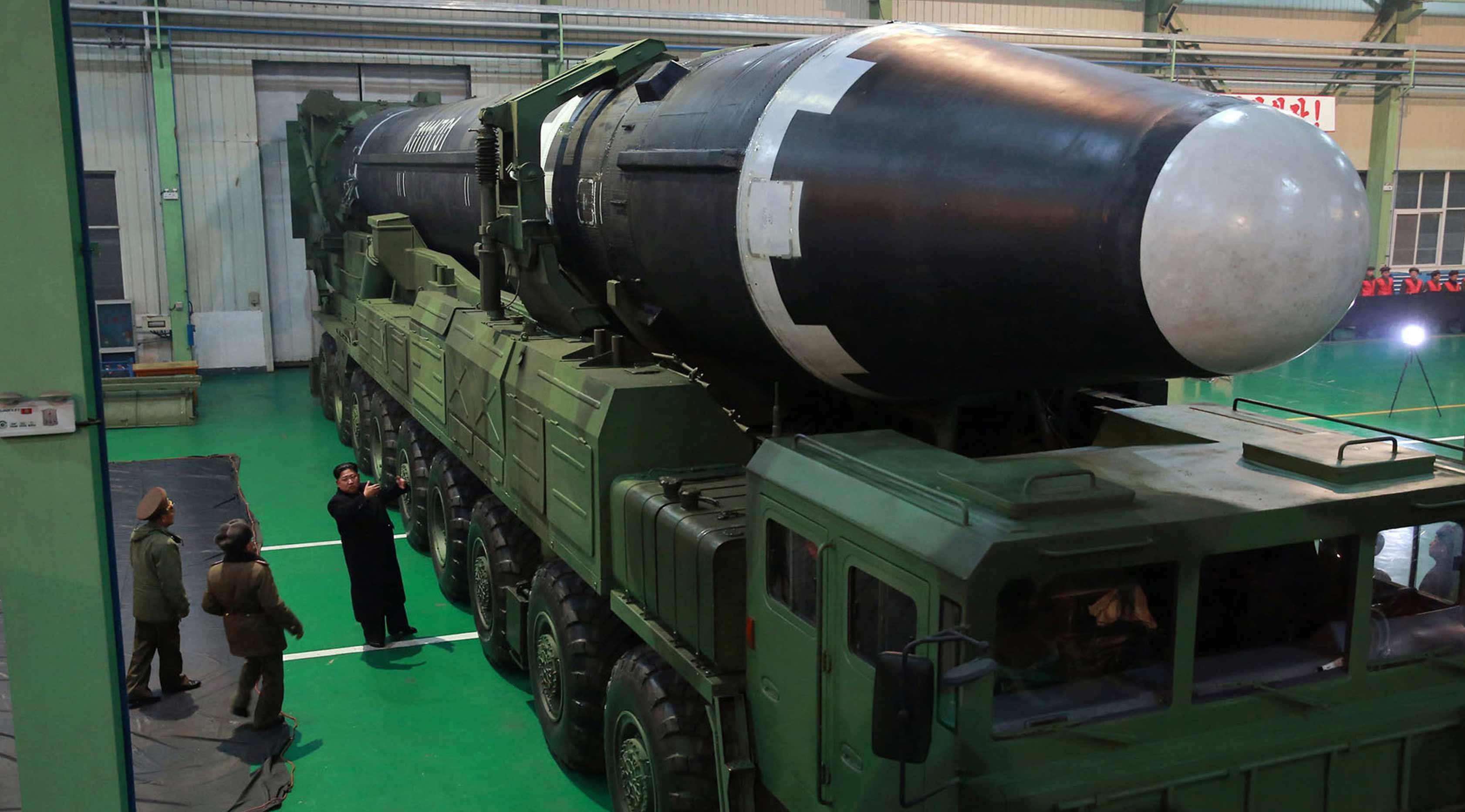Pemimpin Korea Utara Kim Jong Un (ketiga kiri) memeriksa Rudal Hwasong-15 versi terbaru dari Hwasong-14, yang pernah diuji coba Juli lalu. (KCNA/Korea News Service via AP)