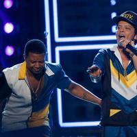 Penyanyi Bruno Mars (tengah) membuka ajang tahunan American Music Awards (AMA) 2016 di Los Angeles, California, Minggu (20/11). Membawakan lagu terbarunya, 24K MagiC, Bruno Mars membuat panggung AMA 2016 seketika bergoyang. (REUTERS/Mario Anzuoni)