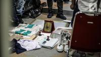 Sejumlah barang bukti diamankan saat saat penggeledahan di lokasi bekas Sekretariat Markas FPI di Petamburan, Jakarta, Selasa (27/4/2021). Berdasarkan keterangan polisi, Munarman diduga menggerakkan orang lain untuk melakukan tindak pidana terorisme. (Liputan6.com/Faizal Fanani)