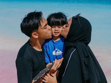 Di salah satu postingan Ditto, ia menunggah momen liburan mereka di pantai. (Liputan6.com/IG/@dittopercussion)
