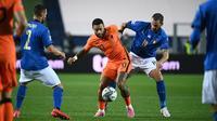 Penyerang Belanda, Memphis Depay, berebut bola dengan bek Italia, Leonardo Bonucci, pada laga lanjutan UEFA Nations League di Atleti Azzurri d'Italia Stadium, Kamis (15/10/2020) dini hari WIB. Italia imbang 1-1 atas Belanda. (AFP/Marco Bertorello)
