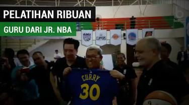 Berita video ribuan guru olahraga memadati GOR Arcamanik, Bandung, Rabu (2/5/2018). Mereka penuh semangat untuk mendapatkan pelatihan dasar olahraga basket langsung dari Akademi Pelatih Jr. NBA.