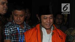 Bupati Lampung Selatan Zainudin Hasan menuju mobil tahanan seusai pemeriksaan di gedung KPK, Jakarta, Jumat (27/7). Zainudin yang terjaring OTT ditahan usai ditetapkan sebagai tersangka dugaan suap terkait proyek infrastruktur. (Merdeka.com/Dwi Narwoko)