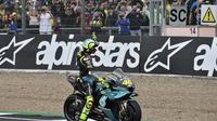 Valentino Rossi lambaikan tangan kepada fans di MotoGP Inggris (AP)