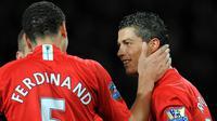 Cristiano Ronaldo dan Rio Ferdinand saat keduanya masih berbaju Manchester United pada 2009. (AFP PHOTO/ANDREW YATES.)