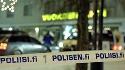 Garis polisi dipasang di lokasi penembakan yang terjadi di luar sebuah restoran di Kota Imatra, Finlandia, Minggu (4/12). Tersangka pelaku penembakan yaitu seorang pemuda setempat berusia 23 tahun sudah ditangkap. (Hannu Rissanen/Lehtikuva via REUTERS)